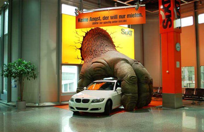 Accion-BTL---Godzilla-agarrando-un-auto