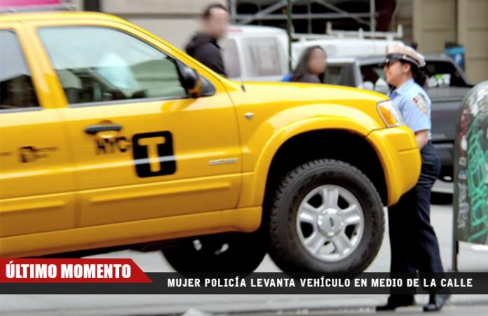 mujer-policia-levanta-vehiculo-en-medio-de-la-calle