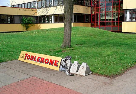 que es Ambient Marketing ejemplo toblerone (1)